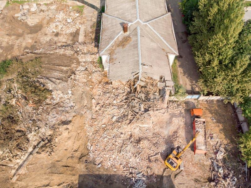 Gult grävskopa- och dumperarbete på rivningplatsen arkivbilder