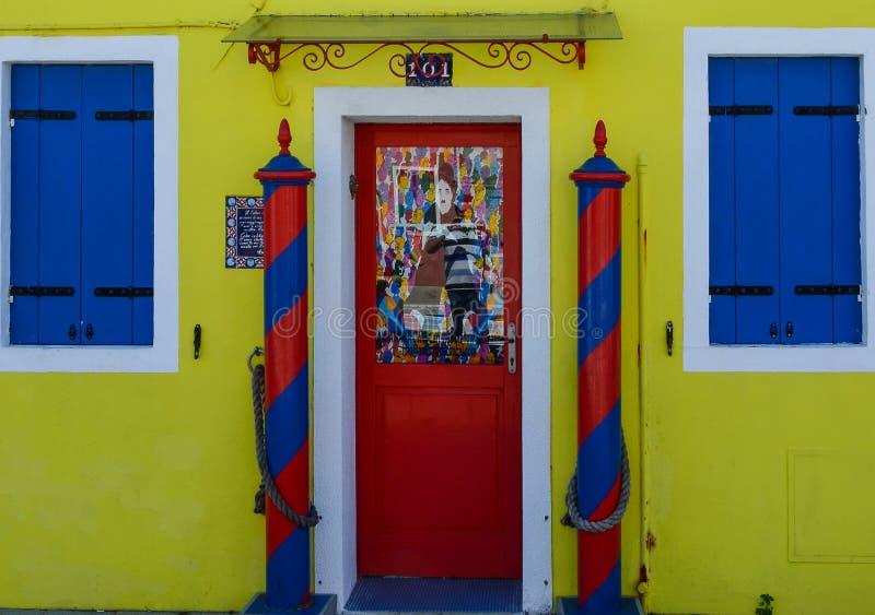 Gult hus med den röda dörren royaltyfria foton