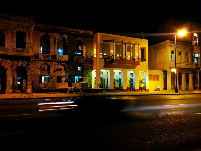 Gult hus på natten royaltyfri foto