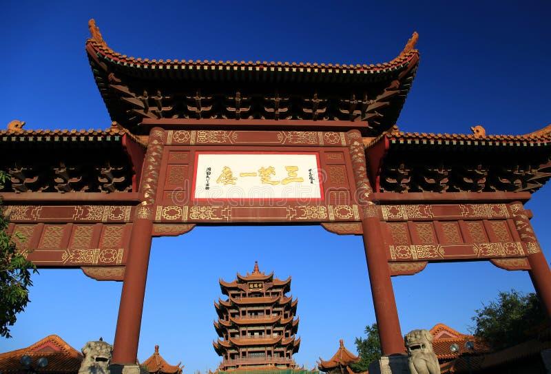 Gult krantorn i den Wuhan staden arkivfoton