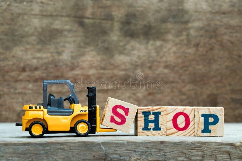 Gult kvarter S för bokstaven för leksakgaffeltruckhållen som avslutar ord, shoppar royaltyfri bild