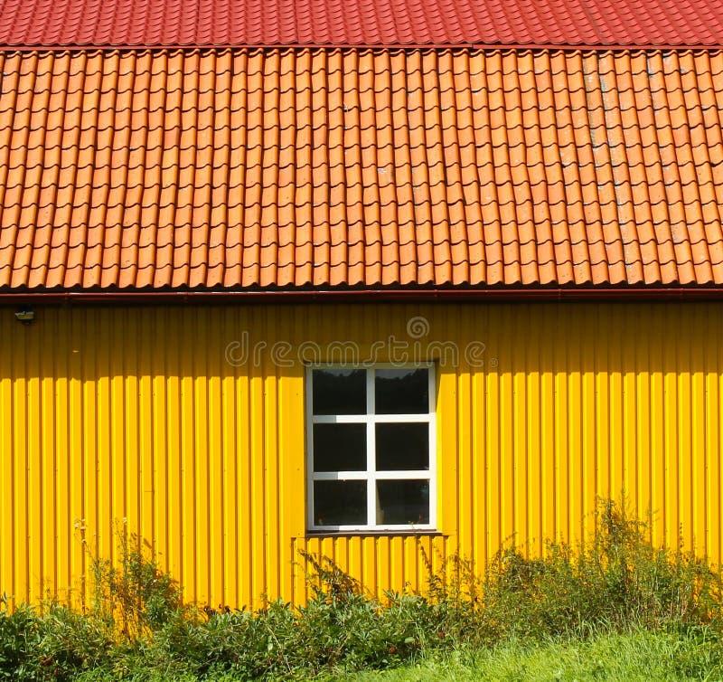 Gult lantgårdhus arkivfoton