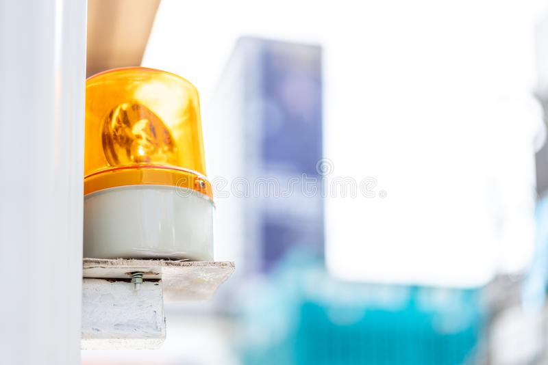 Gult nöd- ljus på vänstra sidan med suddighetsbakgrund Säkerhet, säkerhet och nöd- bakgrund fotografering för bildbyråer