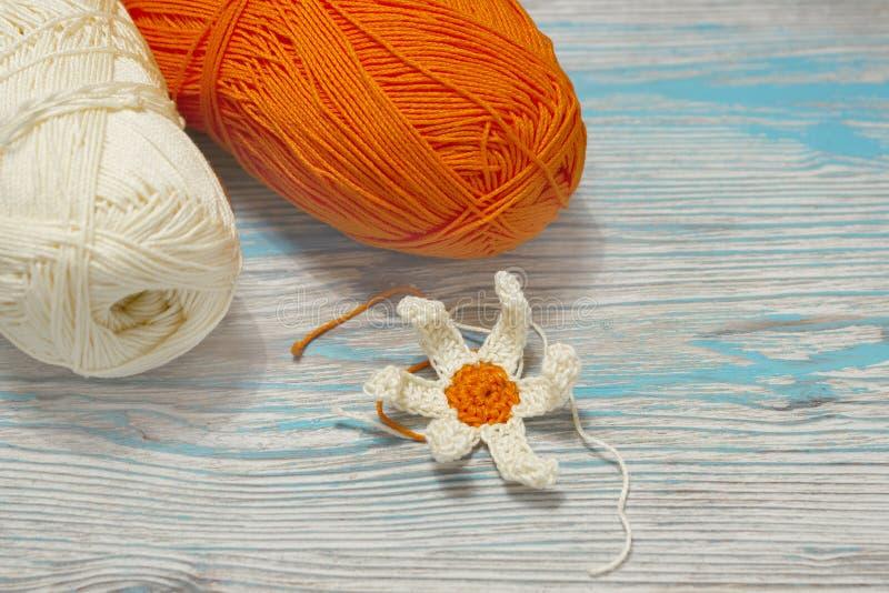 Gult och orange garn för bomull för att sticka, virkning Början av den ljusa blomman Handgjort hantverkarbete för färgrik origina arkivbild