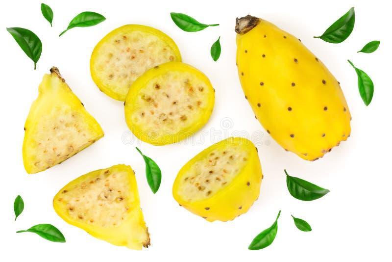 Gult taggigt päron eller opuntia som isoleras på en vit bakgrund Top beskådar Lekmanna- lägenhet royaltyfria bilder