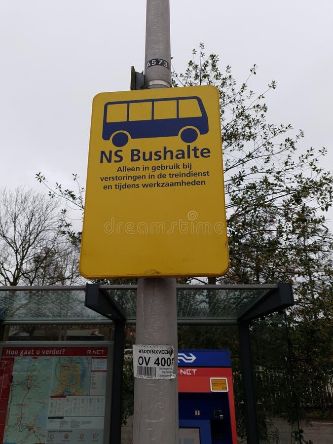 Gult tecken för utbytesbuss, när R--NETdrevet mellan gouda och att alphen den aan hålan Rijn inte är i service royaltyfri fotografi