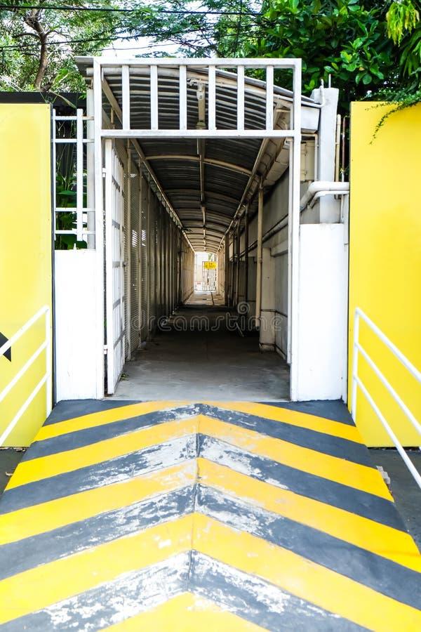 Gult tillträde som går vägen som tunnelen royaltyfri bild