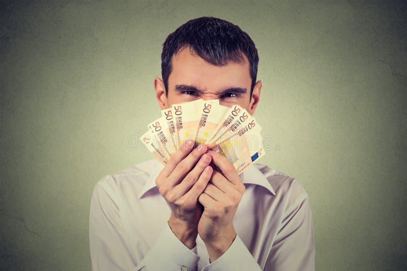 Gulzige mens met euro bankbiljettenrekeningen stock afbeeldingen