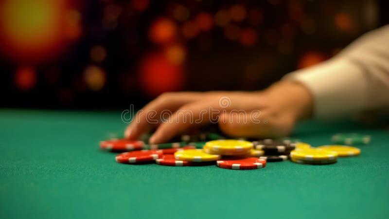 Gulzige vrouwelijke pookspeler die het gokken spaanders van lijst nemen, die spel winnen royalty-vrije stock foto's