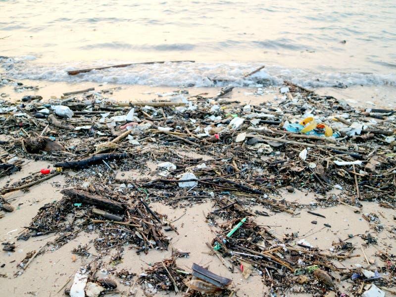 guma odpady i klingerytu piankowy zanieczyszczenie na plaży zdjęcie royalty free