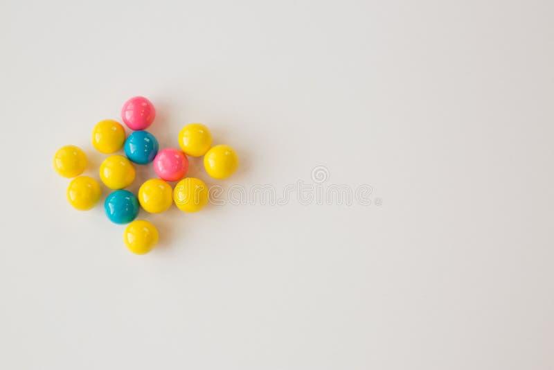 Gumballs coloridos em um fundo branco fotos de stock royalty free