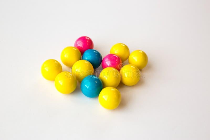 Gumballs coloridos em um fundo branco foto de stock royalty free