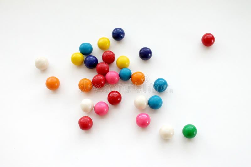 Gumballs coloridos en el fondo blanco imagen de archivo libre de regalías