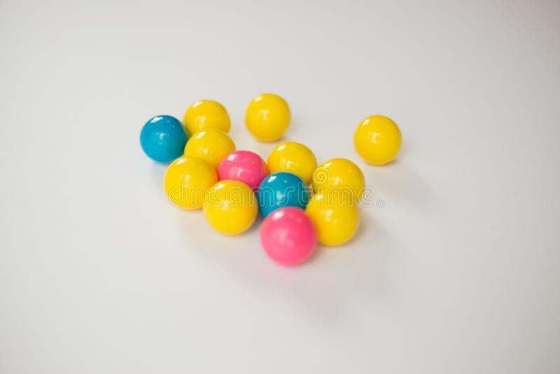 Gumballs coloridos en un fondo blanco imágenes de archivo libres de regalías