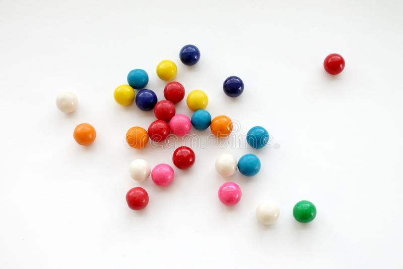 Gumballs coloridos no fundo branco imagem de stock royalty free