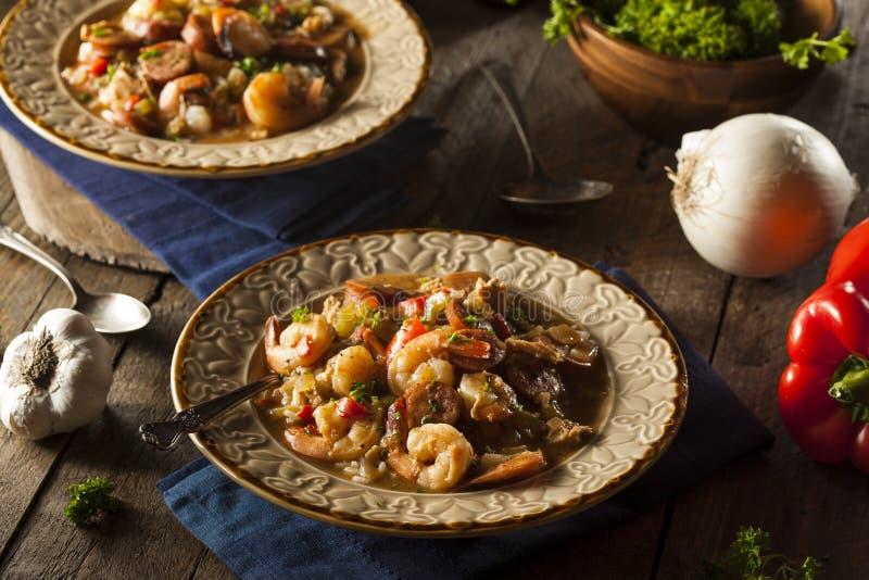 Gumbo caseiro de Cajun do camarão e da salsicha imagem de stock