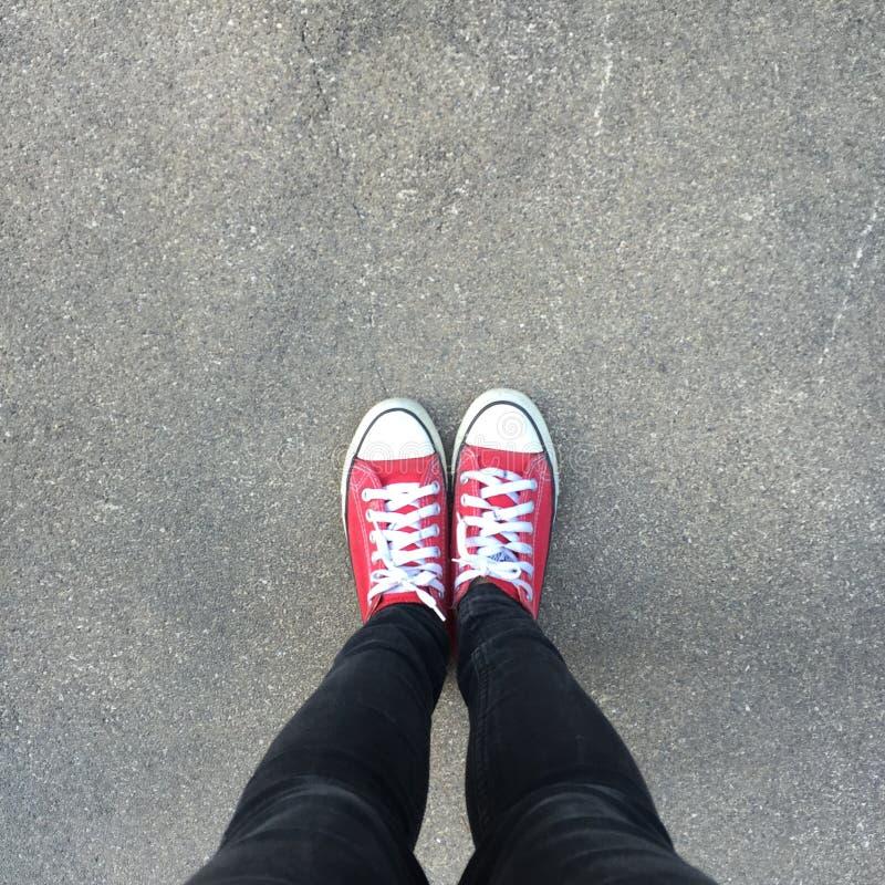 Gummiüberschuhe auf städtischem Schmutzhintergrund Bild von Beinen in den Stiefeln auf Stadtstraße Füße Schuhe, die in im Freien  stockfoto