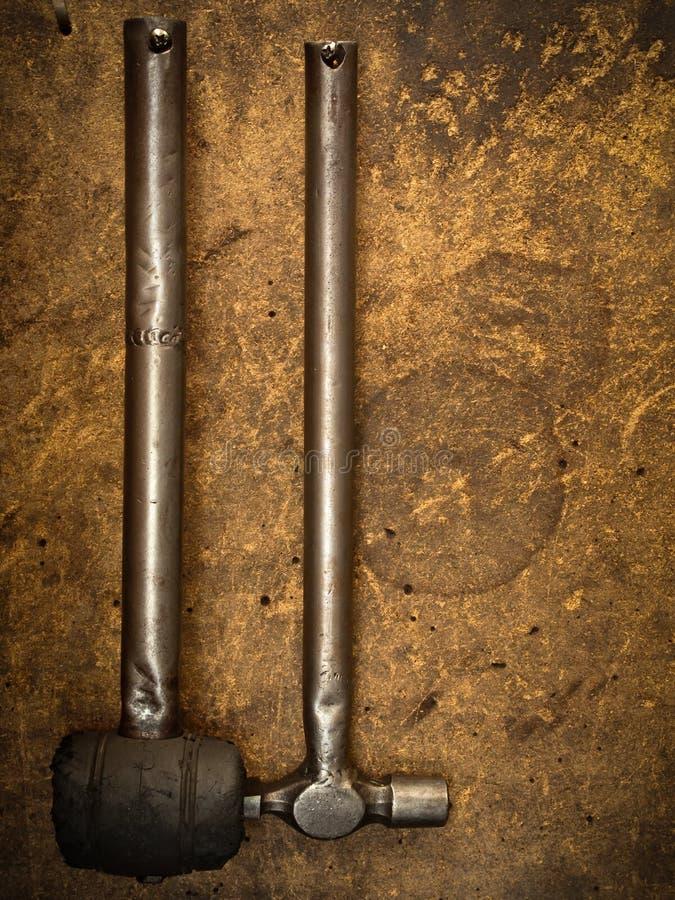 gummi för järn för hammare hängande gammalt royaltyfri bild