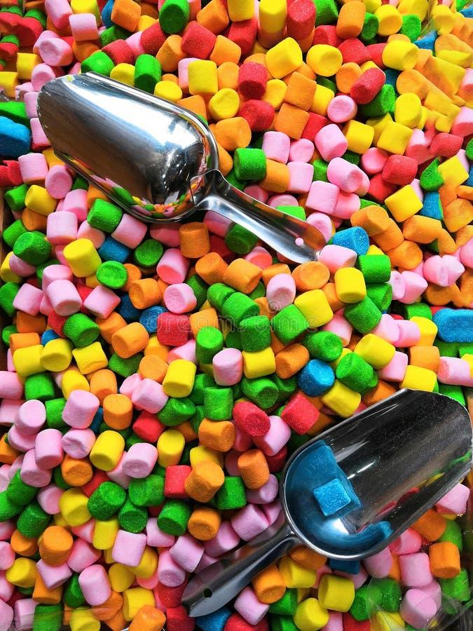 gummiartig Saure Geleestreifen im Süßigkeitsgeschäft Bunte kauende Marmelade für Hintergrund stockfoto