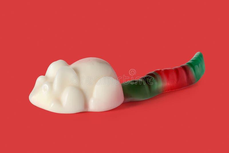 Gummiartige Süßigkeit Frucht Trolli Playmouse auf rotem Hintergrund lizenzfreie stockfotos