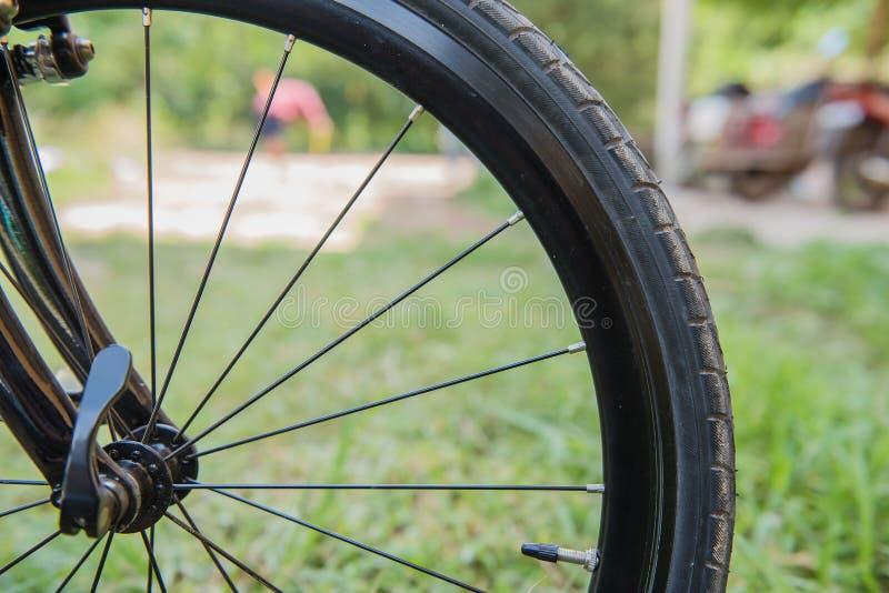 Gummihjul för Closeupsvartcykel cykelhjulfragment royaltyfri bild