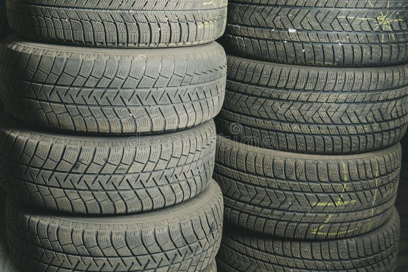 Gummihjul för gammal och använd bil Bakgrund Bilgummihjul i lagring Återanvändning för bilgummihjul arkivfoton
