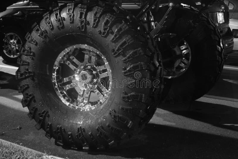 Gummihjul för gigantisk lastbil royaltyfri fotografi
