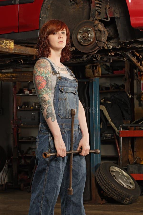 gummihjul för kvinnligjärnmekaniker royaltyfri bild