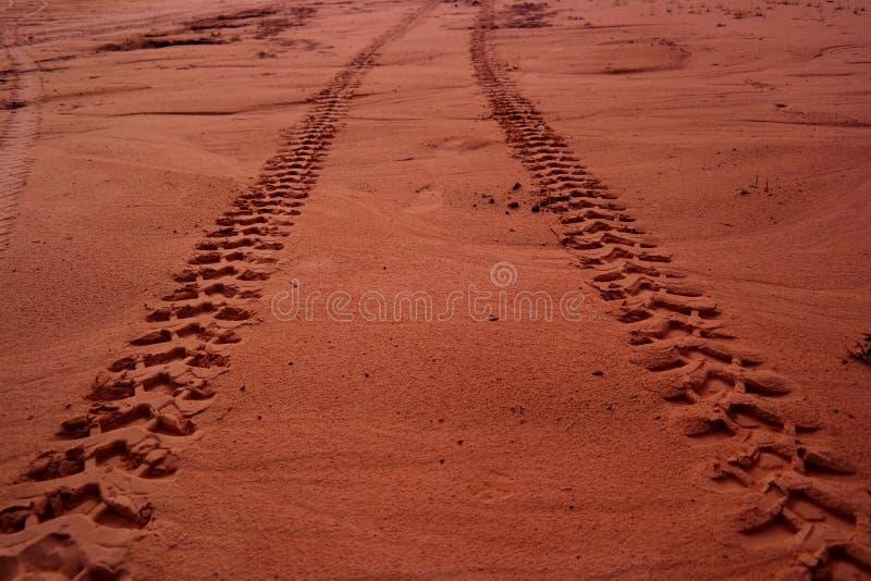 Gummihjulfl?ck p? brun jord och sand royaltyfria foton