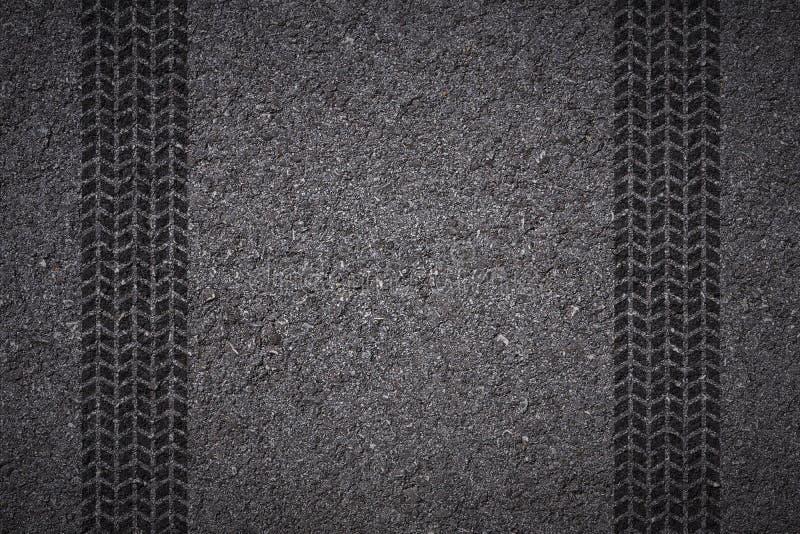Gummihjulspår på asfalt arkivfoton