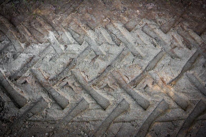 Gummihjulspår på en lerig väg arkivbild