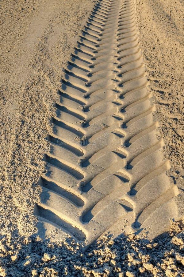 Gummihjulspår på sand royaltyfri fotografi