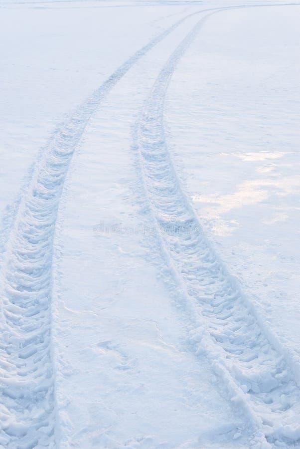 Download Gummireifenspur auf Schnee stockbild. Bild von horizont - 26364761