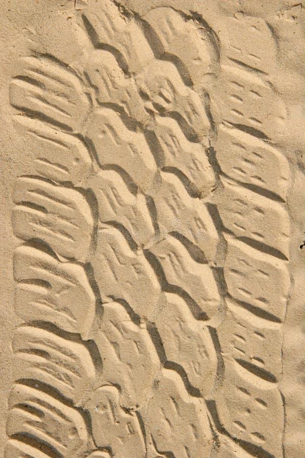 Gummireifenspuren im Sand lizenzfreie stockfotos