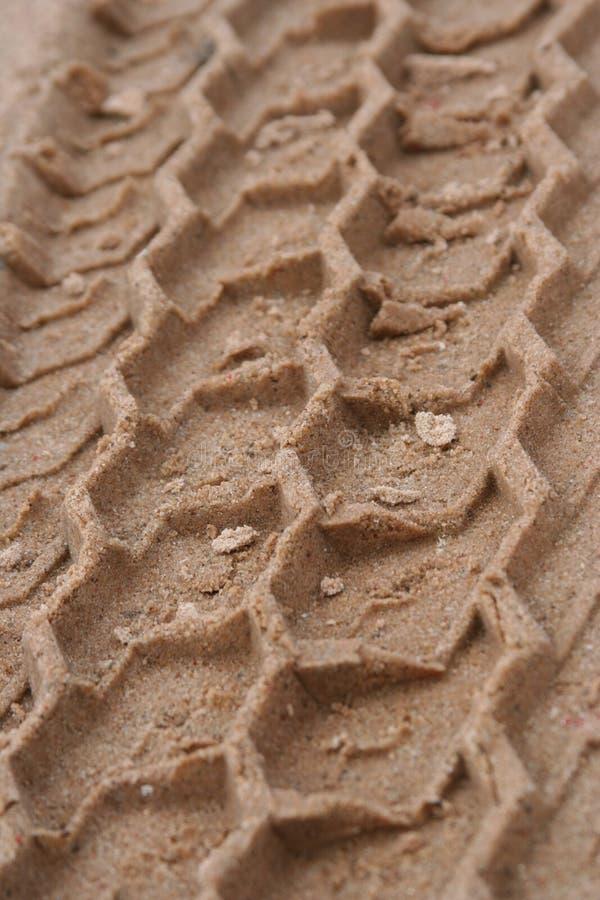 Gummireifenspuren im Sand lizenzfreies stockbild