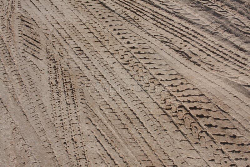 Gummireifenspuren im Sand stockbild
