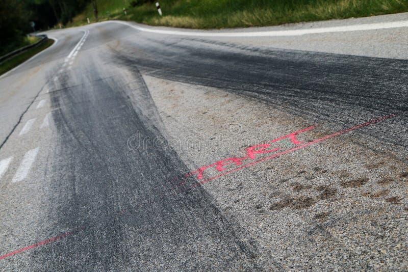 Gummispåren från de tävlings- bilarna royaltyfri fotografi