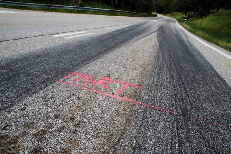 Gummispåren från de tävlings- bilarna royaltyfria bilder