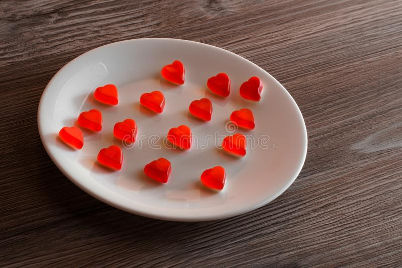 Gummy καρδιά ζελατίνας διακοπών ημέρας βαλεντίνων μικρή λίγη έννοια πιατικών Κορυφή επάνω από την υπερυψωμένη φωτογραφία άποψης τ στοκ εικόνα