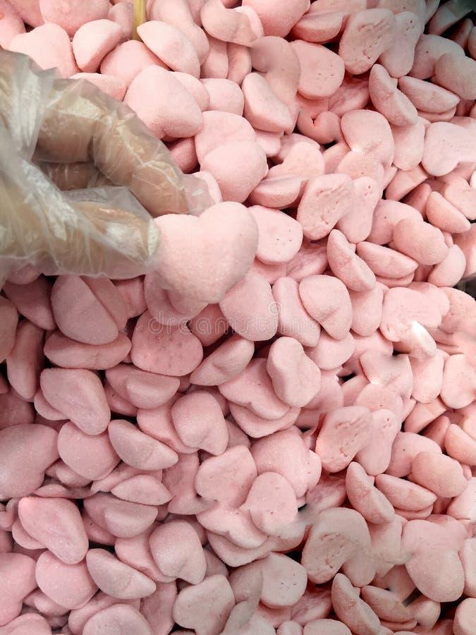 Gummy ρόδινες καραμέλες ζάχαρης στη μορφή καρδιών Κόκκινα γλυκά τοπ ζελατίνας άποψης υποβάθρου ή σύστασης στοκ φωτογραφίες
