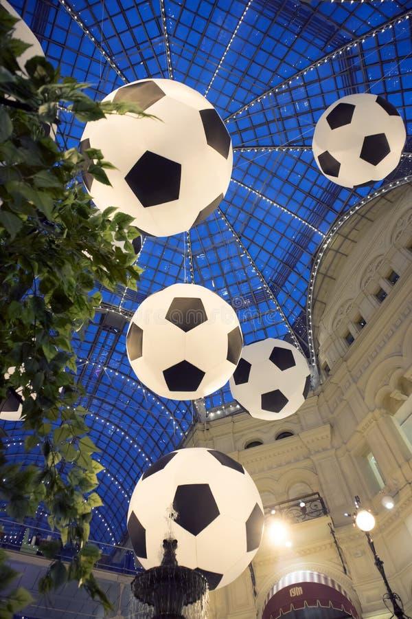 Gumowy wydziałowy sklep stary zakupy centrum handlowe dekorował piłek nożnych piłkami dla pucharu świata zdjęcia royalty free
