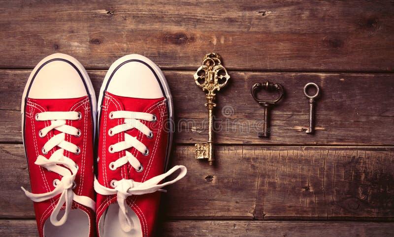 Gumshoes και κλειδιά στοκ εικόνες