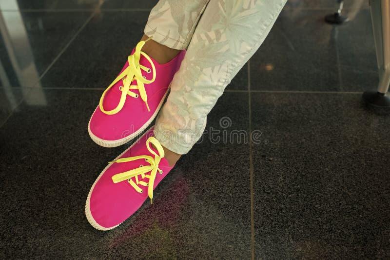 Gumshoes με τις κίτρινες δαντέλλες στα θηλυκά πόδια στοκ εικόνα με δικαίωμα ελεύθερης χρήσης