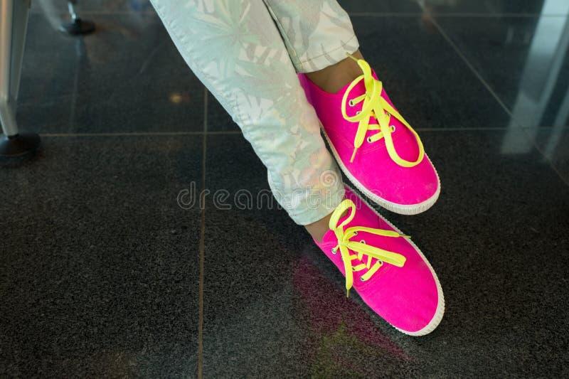 Gumshoes con i pizzi gialli sulle gambe femminili immagine stock