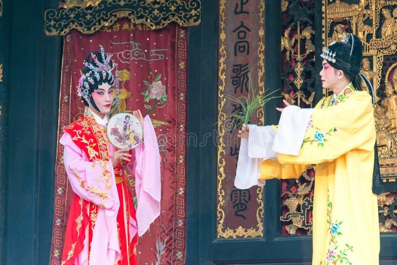 GUNAGDONG, CHINA - 28 de novembro de 2015: Ópera chinesa em Foshan Ancestra imagens de stock
