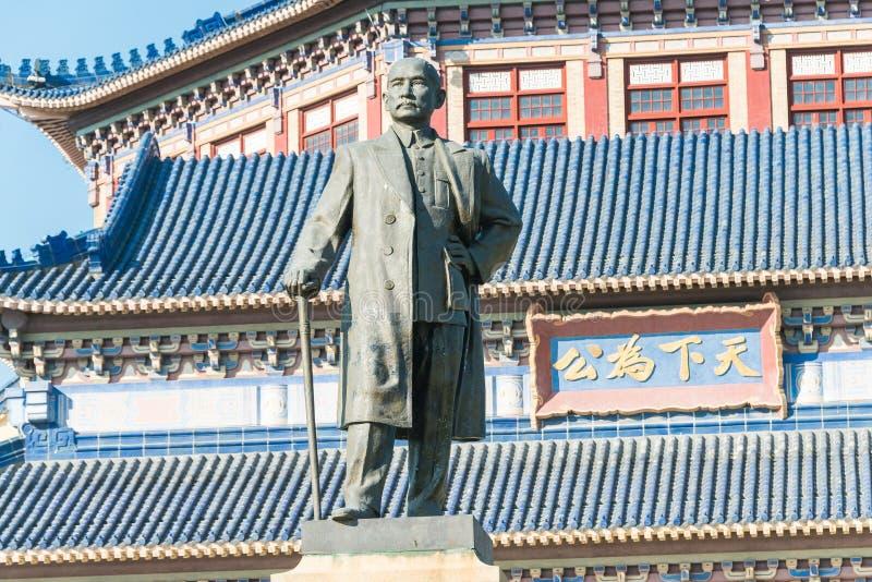 GUNAGDONG, CHINA - 26 de novembro de 2015: Dr. Estátua de Sun Yat-sen no Dr. SU fotografia de stock