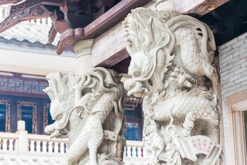 GUNAGDONG, CHINA - 29 Nov. 2015: Dragon Sculpture in Hualin Templ stock afbeeldingen