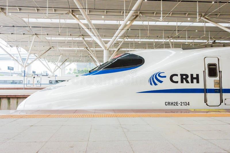 GUNAGDONG, CHINE - 21 décembre 2015 : Chemins de fer CRH2E de la Chine à Shenzhen photos stock