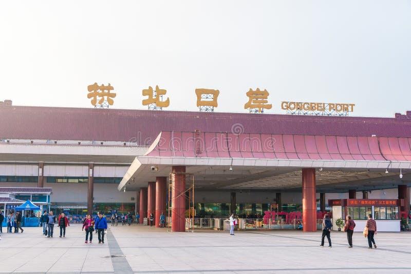 GUNAGDONG, CHINE - 13 décembre 2015 : Port de débarquement de Gongbei La ville photo libre de droits