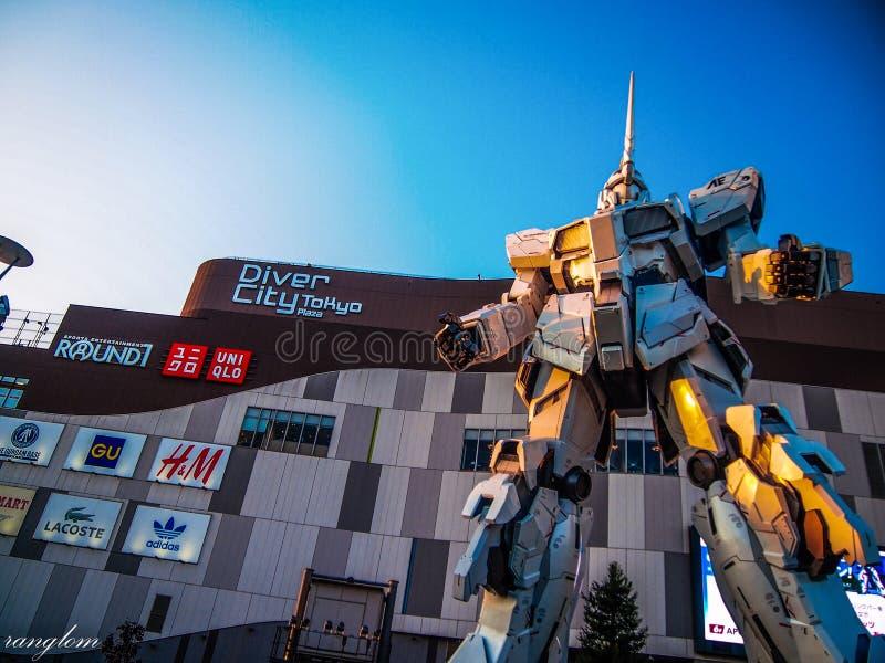 Gundam-Roboter, der mit beiden Kindern und Erwachsenen populär geworden ist, die lieben, Zeit zusammen zu verbringen lizenzfreie stockbilder